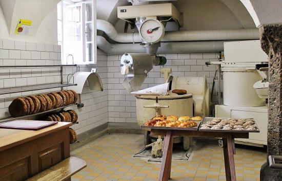 パン屋を開業するために、揃えるべき内装のための費用